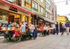 伊斯坦布尔,土耳其- 2017年6月02日:至多吃老Kadikoy街道的旅游餐馆的人们 图库摄影