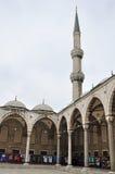 伊斯坦布尔,土耳其- 2014年11月22日:苏丹阿哈迈德清真寺庭院(一般叫作蓝色清真寺) 库存照片