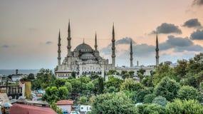 伊斯坦布尔,土耳其- 2013年7月21日:观点的蓝色清真寺苏丹Ahmet Camii,联合国科教文组织世界遗产名录站点,在黄昏的Sultanahmet 库存图片