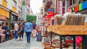 伊斯坦布尔,土耳其- 2017年6月02日:走在狭窄的街道的人们用老商店填装了在Kadikoy,伊斯坦布尔 库存图片