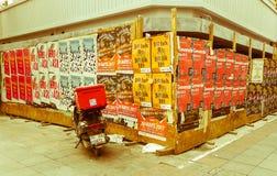 伊斯坦布尔,土耳其- 2017年6月02日:滑行车在用事件海报盖的木墙壁前面停放了 库存照片