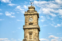 伊斯坦布尔,土耳其- 2016年2月14日:Dolmabahce宫殿尖沙咀钟楼 免版税库存照片