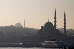 伊斯坦布尔,土耳其- 2015年12月27日:Eminonu清真寺和蓝色清真寺剪影日落的在冬天 免版税库存图片