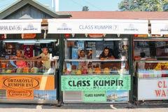 伊斯坦布尔,土耳其- 2013年7月30日:Kumpir -土耳其语被烘烤的土豆混杂的街道餐馆 库存图片