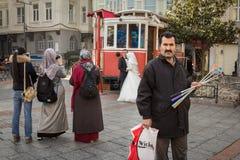 伊斯坦布尔,土耳其- 2015年12月27日:Selfie看远离人的棍子卖主拍与照相机和smartp的婚礼照片 免版税库存照片