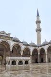 伊斯坦布尔,土耳其- 2014年11月23日:Suleymaniye清真寺是位于伊斯坦布尔第三小山的无背长椅皇家清真寺, 图库摄影