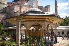 伊斯坦布尔,土耳其- 7月07 :在圣索非亚大教堂清真寺里面的访客 库存照片