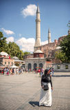 伊斯坦布尔,土耳其- 7月07 :在Hagia Sophi前面的回教妇女 库存图片
