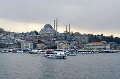巡航在Eminonu口岸运送在Yeni Cami和Galata桥梁附近 免版税图库摄影
