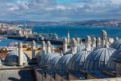伊斯坦布尔,土耳其 09 11月2018 Suleymaniye清真寺博斯普鲁斯海峡河和加拉塔桥梁圆顶和看法  免版税图库摄影