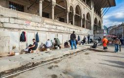 伊斯坦布尔,土耳其 脚的洗涤物 观看伊斯坦布尔最著名的地标的Yeni Cami新的清真寺一  免版税库存照片