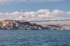 伊斯坦布尔,土耳其 航行博斯普鲁斯海峡的法提赫苏丹穆罕默德桥梁和residental大厦的看法 库存照片