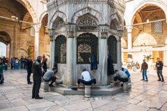伊斯坦布尔,土耳其 观看伊斯坦布尔最著名的地标的Yeni Cami新的清真寺一  脚的洗涤物 免版税库存照片