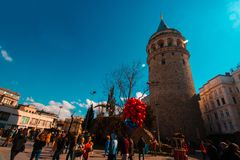 伊斯坦布尔,贝伊奥卢/土耳其03 04 2019年:加拉塔石塔,春天,美丽的天空 免版税图库摄影