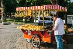 伊斯坦布尔, 2017年6月14日:一个传统土耳其百吉卷的销售叫Simit 土耳其街道食物 免版税图库摄影