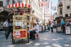 伊斯坦布尔, 2017年6月14日:一个传统土耳其百吉卷的销售叫Simit 土耳其街道食物 库存图片