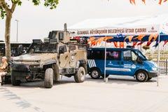 伊斯坦布尔, 2017年7月15日:一个军用机器和一辆警车在伊斯坦布尔Buykeshehir区  加强  免版税库存照片
