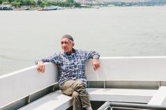 伊斯坦布尔, 2017年6月17日:一个年长地方人乘横跨Bosphorus的轮渡游泳 普通的生活在土耳其 图库摄影