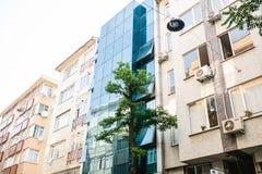 伊斯坦布尔, 2017年6月15日:一家新的现代玻璃设计旅馆的外部在老传统建筑之间的 现代 库存照片