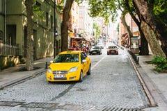 伊斯坦布尔, 2017年6月15日:一辆传统黄色出租汽车在街道乘坐 都市的生活方式 乘客的运输 免版税库存照片