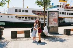 伊斯坦布尔, 2017年6月17日:两个女朋友遇见了并且互相招呼 现代青年时期 普通的城市生活 库存照片
