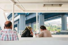 伊斯坦布尔, 2017年6月17日:两名地方妇女在客船或轮渡航行并且谈话 普通的生活在土耳其 库存图片