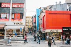 伊斯坦布尔, 2017年6月14日:人人群步行沿着向下在大厦背景的街道与全部的商店和咖啡馆 免版税库存照片