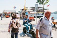伊斯坦布尔, 2017年6月17日:人或一个年轻人压低在一辆电滑行车或自行车的城市街道 附近 免版税库存图片