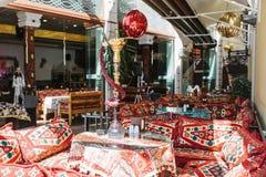 伊斯坦布尔, 2017年6月16日:倒空在传统风格的土耳其咖啡馆-明亮的纺织品和枕头有水烟筒身分的 免版税库存照片