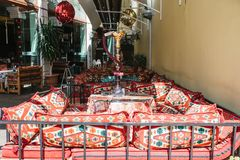 伊斯坦布尔, 2017年6月16日:倒空在传统风格的土耳其咖啡馆-明亮的纺织品和枕头有水烟筒身分的 免版税图库摄影