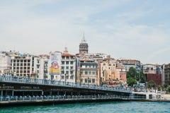 伊斯坦布尔, 2017年6月17日:加拉塔桥梁和加拉塔塔的美丽的景色和城市的其他建筑学 库存图片