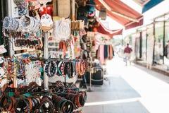 伊斯坦布尔, 2017年6月16日:土耳其纪念品特写镜头-不同的种类人造珠宝由小珠和皮革制成  免版税库存照片