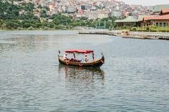 伊斯坦布尔, 2017年6月17日:在东方或亚洲样式的一个游船游人和当地人民的娱乐的 免版税库存图片