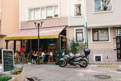 伊斯坦布尔, 2017年6月14日:在伊斯坦布尔的亚洲部分的一个普遍的街道咖啡馆在Kadikoy区 火鸡 生活方式 库存图片