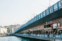 伊斯坦布尔, 2017年6月15日:在加拉塔桥梁下的餐馆 免版税库存照片