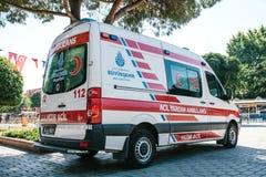 伊斯坦布尔, 2017年7月15日:在城市街道上的一辆救护车在Sultanahmet广场 紧急帮助 救护车服务112 库存照片