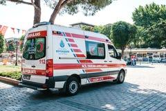 伊斯坦布尔, 2017年7月15日:在城市街道上的一辆救护车在Sultanahmet广场 紧急帮助 救护车服务112 图库摄影