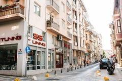 伊斯坦布尔, 2017年6月14日:在路下的Pespective视图在有停放的车的段落街道上在Kadikoy区 免版税库存图片