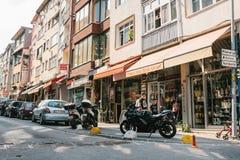 伊斯坦布尔, 2017年6月14日:在路下的Pespective视图在有停放的车的段落街道上在Kadikoy区 图库摄影