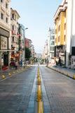 伊斯坦布尔, 2017年6月11日:在路下的Pespective视图在没有交通的段落街道上在阿克萨赖,法提赫 免版税库存照片
