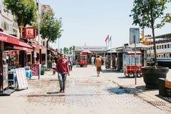 伊斯坦布尔, 2017年6月17日:当地居民沿街道走在Kadikoy区 普通的城市生活或 免版税库存照片