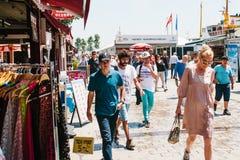 伊斯坦布尔, 2017年6月17日:当地居民沿街道走在Kadikoy区 普通的城市生活或 图库摄影
