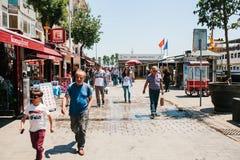 伊斯坦布尔, 2017年6月17日:当地居民沿街道走在Kadikoy区 普通的城市生活或 免版税库存图片