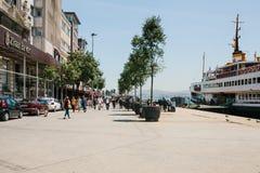 伊斯坦布尔, 2017年6月17日:当地居民沿街道走在Kadikoy区 普通的城市生活或 库存照片