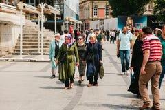 伊斯坦布尔, 2017年6月15日:当地居民着手他们的在城市街道上的事务 有购物的妇女走 免版税图库摄影