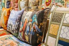 伊斯坦布尔, 2017年6月16日:手工制造枕头销售睡觉的 库存照片