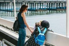 伊斯坦布尔, 2017年6月17日:有孩子的妇女乘轮渡或客船游泳并且沟通 普通的生活在土耳其 图库摄影