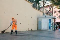 伊斯坦布尔, 2017年6月15日:清扫在街道上的明亮的橙色制服的管理员瓦片在Sultanahmet区 免版税库存照片