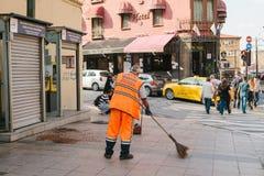 伊斯坦布尔, 2017年6月15日:清扫在街道上的明亮的橙色制服的管理员瓦片在Sultanahmet区 图库摄影