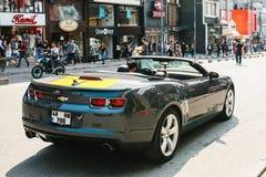 伊斯坦布尔, 2017年6月14日:背面图-未认出的司机在黑色开放薛佛列轮子坐街道  库存图片